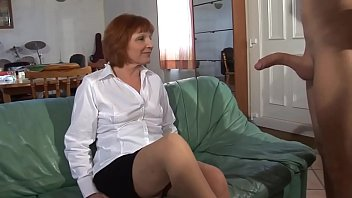 Старая медсестра в чулочках трахается с пациентом, которому пребывало плохо