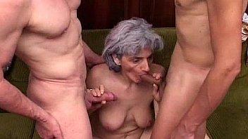 Блондинки и брюнетка с сочными сисяндрами реализовали куни друг спутнику и устроили секс втроём, используя секс игрушки