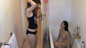 Китаянка раздвигает ноги и просит мужа ее приласкать страпоном