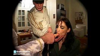 В позиции на боку парень с резинкой трахает лысую шмоньку чужой жене