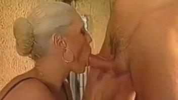 Парнишка засаживает в попочку женщины свой член и вынуждает её выполнять минетик