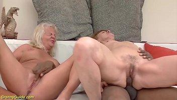 Два юноши треплют блондиночку в джинсовой юбке