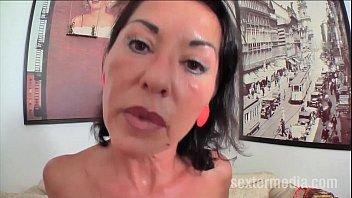 Сучка в майке трясёт попой и показывает огромные груди перед вебкой