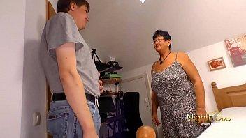 Массажистка выполняет минетик татуированному клиенту на надувном матрасе