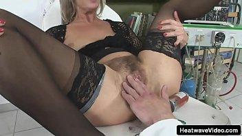 Женщина в чулках страпонит молодого человека в анус