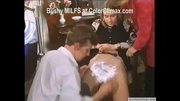 Темноволосая мать дрючит себя в анус надувной игрушкой