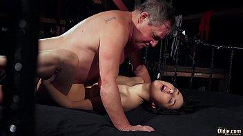 Сучка с толстыми половыми губками ласкает перед вебкамерой