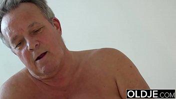 Секс с окончанием в половую щелочку ласковой россиянке
