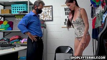 Жёстко трахает свою горячую девушку