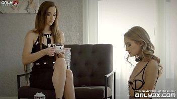 Русская девушка в сексуальных очках втягивает в себя член пикапера в электричке