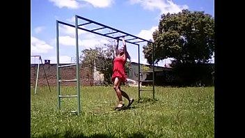 Сисястая фитоняшка занимается в спортзале и показывает мускулы