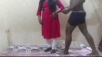 Подкаченные африканцы отвлекли девчоночку от купания и поимели во дворе