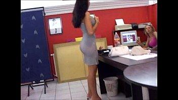 Дама в красном нижнем белье шаловливо трогает дырку