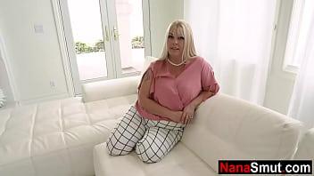 Обалденная азиатка с толстой попочкой разодрала на себе колготки и дала в дырочку