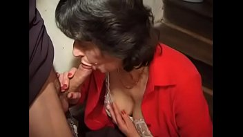 Молодая брюнетка выполняет фистинг дырок и ласкает секс машиной