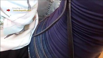 Толстушка всовывает ладошки в дырочку во время мастурбации