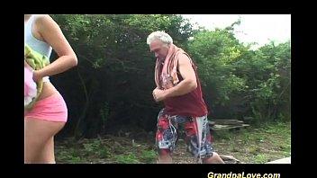 Блондинистая мама чпокается с факером ради спермы