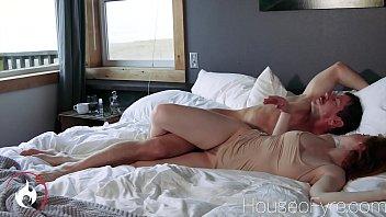 Зрелая чешка ебется на порно пробах с оператором и ассистентом